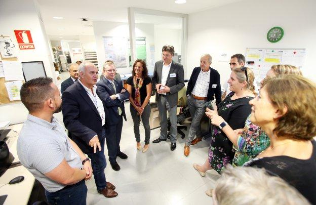 Luis Hevia, gerente del HUCA, se dirige al grupo de profesionales del Maastricht University Medical Center que visitaron el hospital. A su izquierda, el consejero de Sanidad y detrás, Alberto Ibarra, responsable de Sistemas de Información del Área Sanitaria IV.