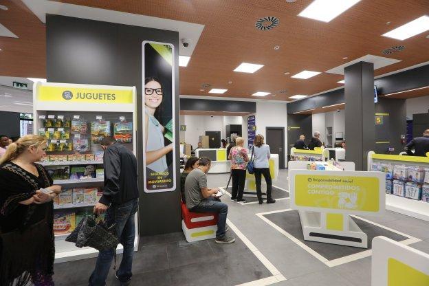 Correos atiende a setecientos clientes diarios en su nueva for Oficina correos mostoles
