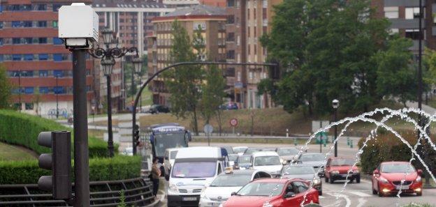 El fotorrojo de la plaza de Castilla. Este lugar, junto con la glorieta de la Cruz Roja, es la que más atestados acumula de la ciudad.