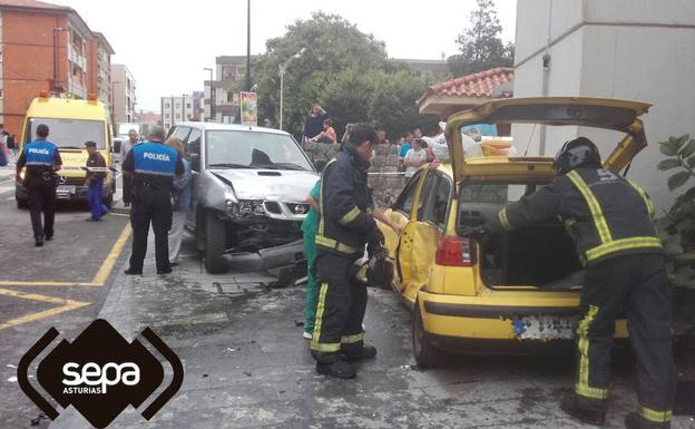 Personal de emergencias en el lugar del accidente.