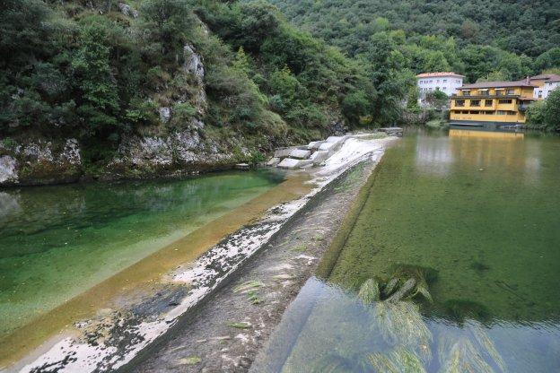 Niserias, el lugar donde se produjo el accidente de camión que vertió 30.000 litros de combustible al río Cares.