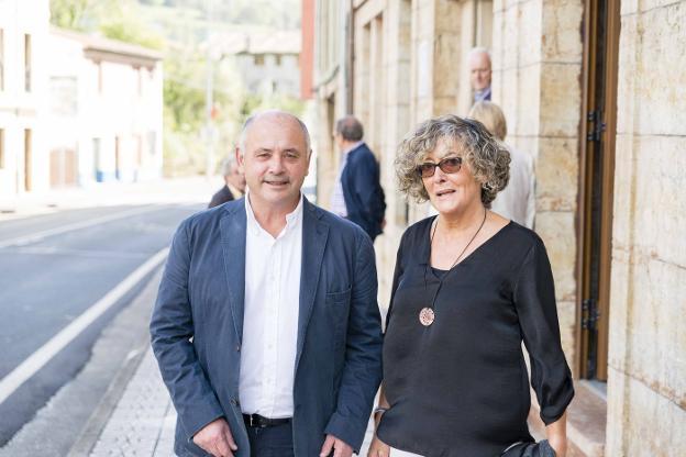 Domingo 22 de Octubre de 2017  =  El alcalde de Peñamellera Baja, José Manuel Fernández, con la homenajeada, la doctora Pilar García Revilla. / JUAN LLACA