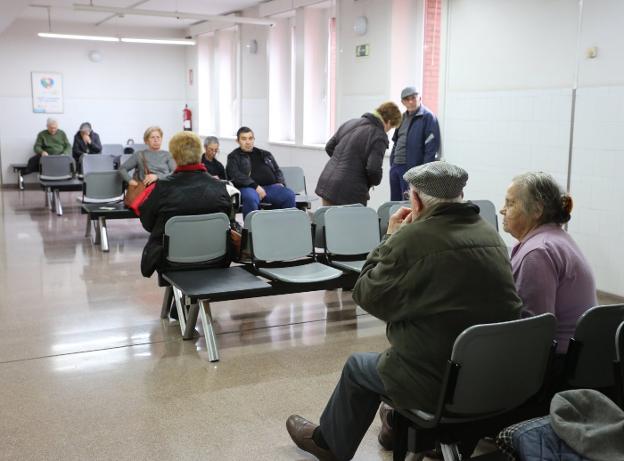 Usuarios en el centro de salud Severo Ochoa, en Gijón. / PALOMA UCHA