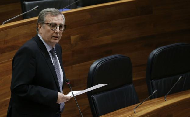El consejero de Sanidad, Francisco del Busto, durante su intervención en el Pleno de la Junta. / E. C.