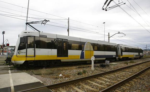 Un tren de Feve cruzando el paso Larrañaga./MARIETA