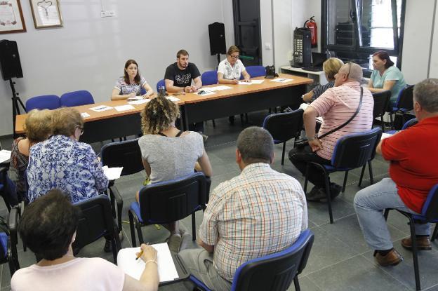 La secretaria de la FAV, Covadonga Lobato, Adrián Arias y la responsable de la vocalía de la mujer, María José Cuervo, durante la reunión mantenida con la Junta Directiva de la entidad vecinal. / JOAQUÍN PAÑEDA