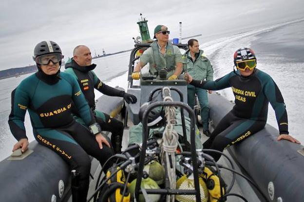 El Grupo Especial de Actividades Subacuáticas (GEAS) de la Guardia Civil navega por aguas de la costa gijonesa./FOTOS: ARNALDO GARCÍA