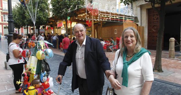 El exalcalde de Oviedo Antonio Masip y la exconcejala Covadonga Bertrand, frente al histórico chiringuito La Guinda. / MARIO ROJAS