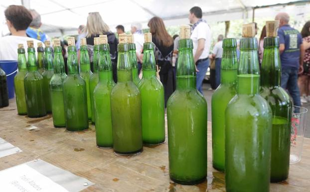 Botellas de sidra natural asturiana. /NEL ACEBAL