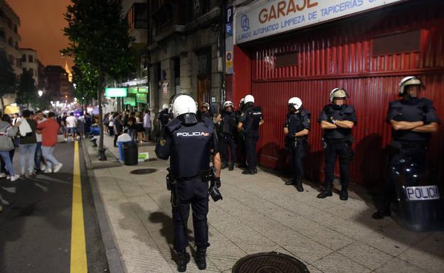 Los concentrados contra el «ultraje» a la bandera se reunieron en la calle El Rosal bajo vigilancia policial./PIÑA