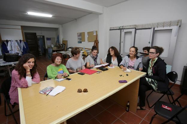 Reunión del colectivo feminista ayer en Ribadesella. /  NEL ACEBAL
