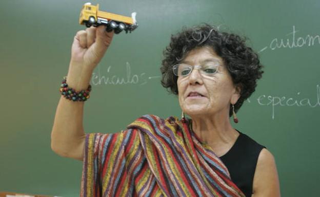 Juana Lobo, en una de las clases que impartía para obtener el carné de conducir. /P. CITOULA