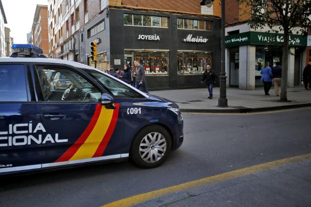 752e70240b1e Una coche patrulla circula por la avenida de la Argentina a su paso por la  joyería