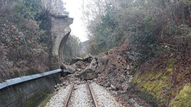 El puente de La Fabariega, en Tablizo, se derumbó sobre las vías del tren a finales de enero. El tráfico ferroviario estuvo interrumpido durante una jornada. /  E. C.