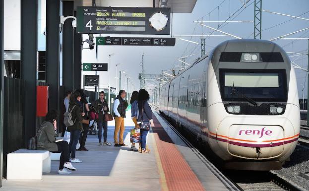 Varios pasajeros esperan el AVE en la estación de Medina del Campo (Valladolid) /F. Jiménez