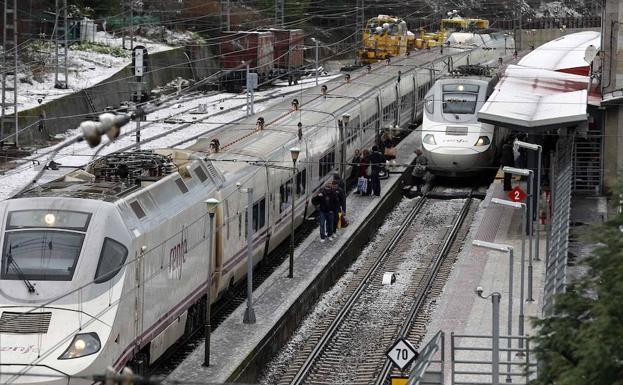 Trenes Alvia en la estación de Pola de Lena./ EFE
