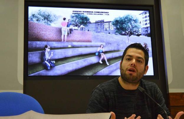 Rubén Rosón, con la simulación de la actuación en Otero. / E. C.