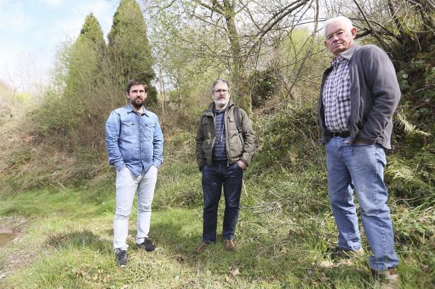 Javier Pintado, Xose Firmu García y José Antonio Piquero, ayer en la fosa de la Cabaña de Ferma. /  P. NOSTI