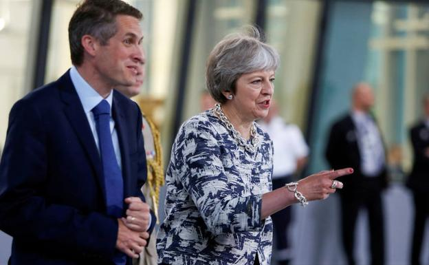 Gavin Williamson (i) y Theresa May. /Reuters