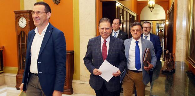 Javier Cuesta, precede al alcalde, Alfredo Canteli, camino del salón de Plenos y seguido por los ediles Mario Arias, José Ramón Prado y Alfredo García Quintana. / PIÑA