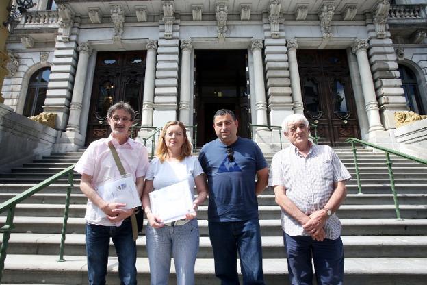 Rubén Norniella, Lola García, Pedro Roldán y Leonardo Borque, frente a la Junta General. / ALEX PIÑA