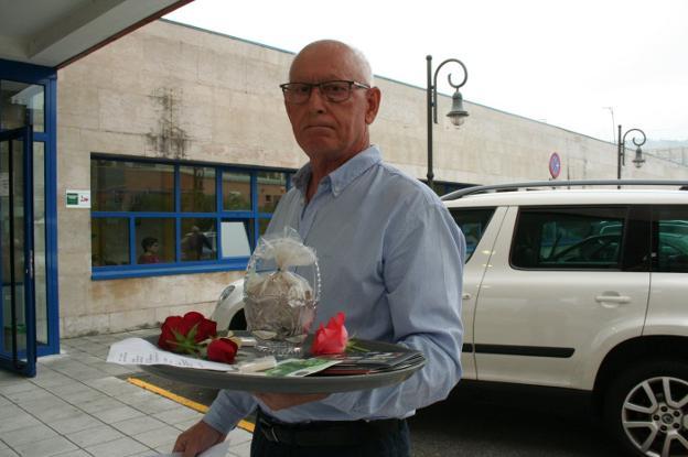 Un vecino de Lugones (Asturias) lleva las cenizas de su mujer al centro de salud: «La mandaron a casa y murió»
