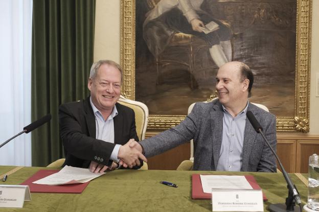 Aurelio Martín y Fernando Rubiera, tras la firma. / CAROLINA SANTOS