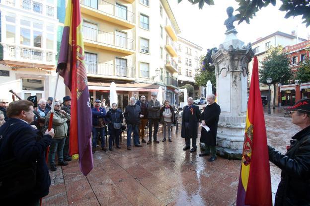 Alejandro Villa Allande y Leopoldo Tolivar Alas en un momento del homenaje. / ÁLEX PIÑA