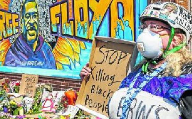 Una mujer pide el fin de la muerte de ciudadanos negros.