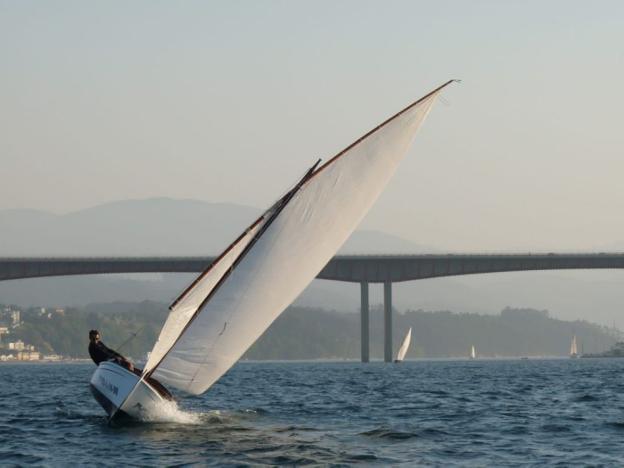 Un bote de vela navega en la ría del Eo, en Castropol. / E. C.