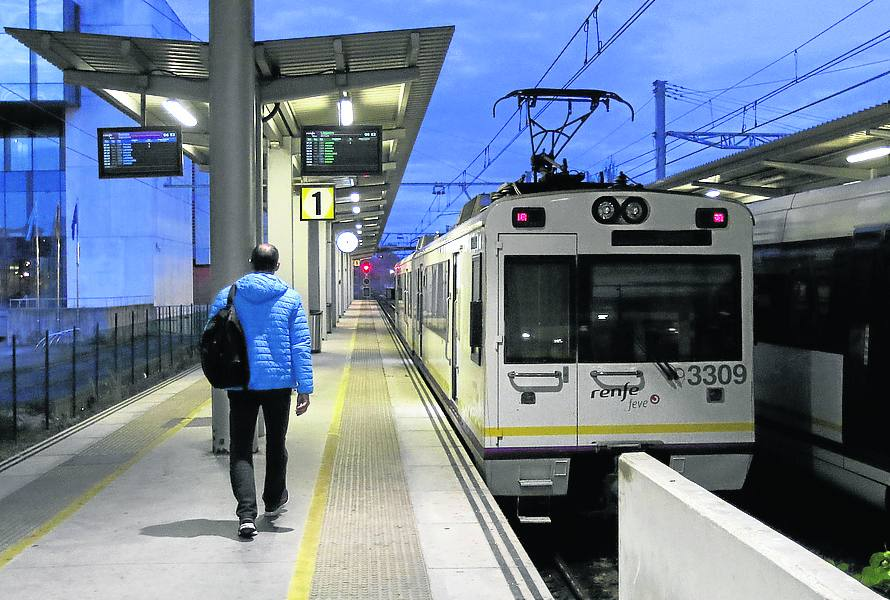 Gijón. A las siete de la mañana, sale el tren que, tras un trasbordo, llega a Vegadeo.