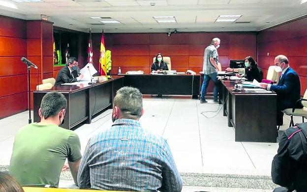 Pedro Nieva, en el centro, fue conducido a los juzgados desde la cárcel de Zaballa. / A. DE LAS HERAS