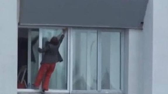 Limpia los cristales de un noveno piso saliendo al exterior | El ...