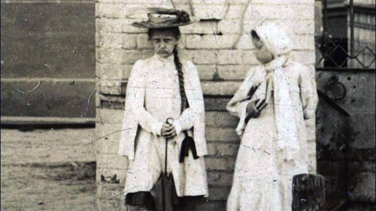 El misterio de la 'niña fantasma' que nunca sonríe en varias fotos de la Rusia zarista